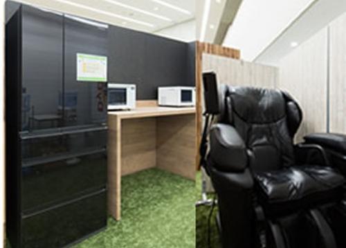 マッサージチェア、大型冷蔵庫、無料ミネラルウォーターサーバーなど設備充実。