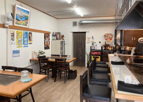 カウンターとテーブル2つの小さなお店。全体を見渡せ、働きやすいです。