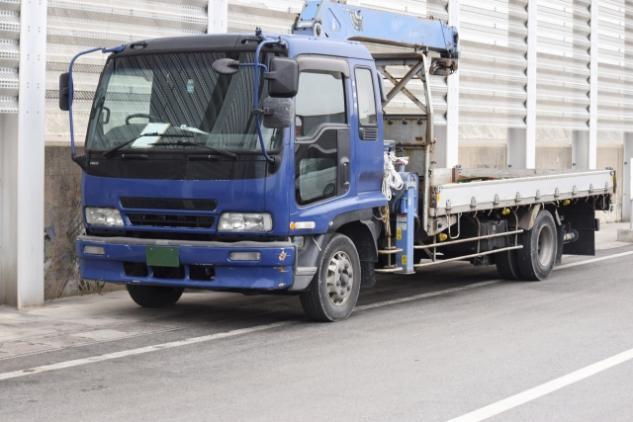 大型トラックでのコンクリート製品輸送、社員のお仕事|松山市中央