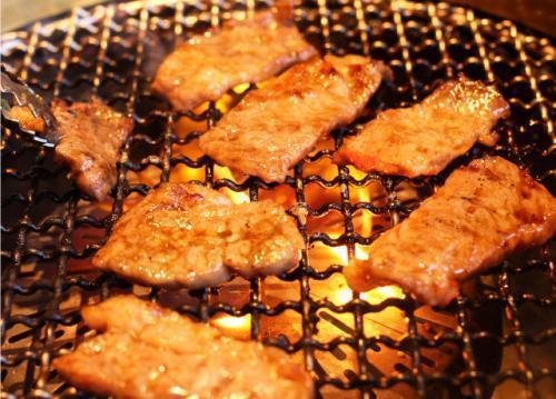 鬼29は、コンロではなくあえて炭でお肉を焼く本格派。とっても評判のお店です。