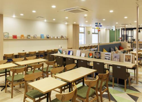 ブックディレクターがセレクトした本を、コーヒー・紅茶を飲みながら読めるスペースがあるオシャレなホテルです。